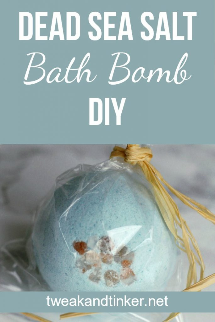 In this post I show you how to make beautiful homemade bath bombs. You have to try this easy DIY recipe. #bathbombs #bathfizzy #DIY