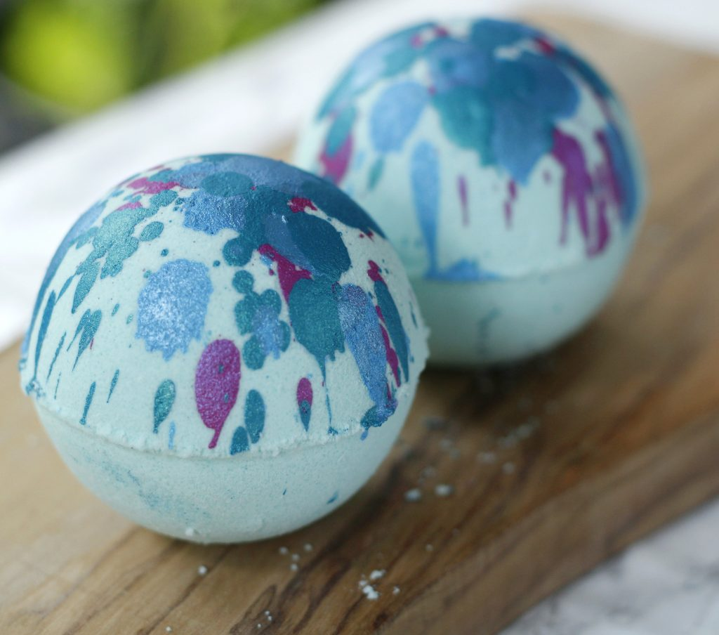 This easy DIY bath bomb recipe will transform your bath tub into an exotic paradise. These pretty bath bombs are also great as homemade gifts. Try it!