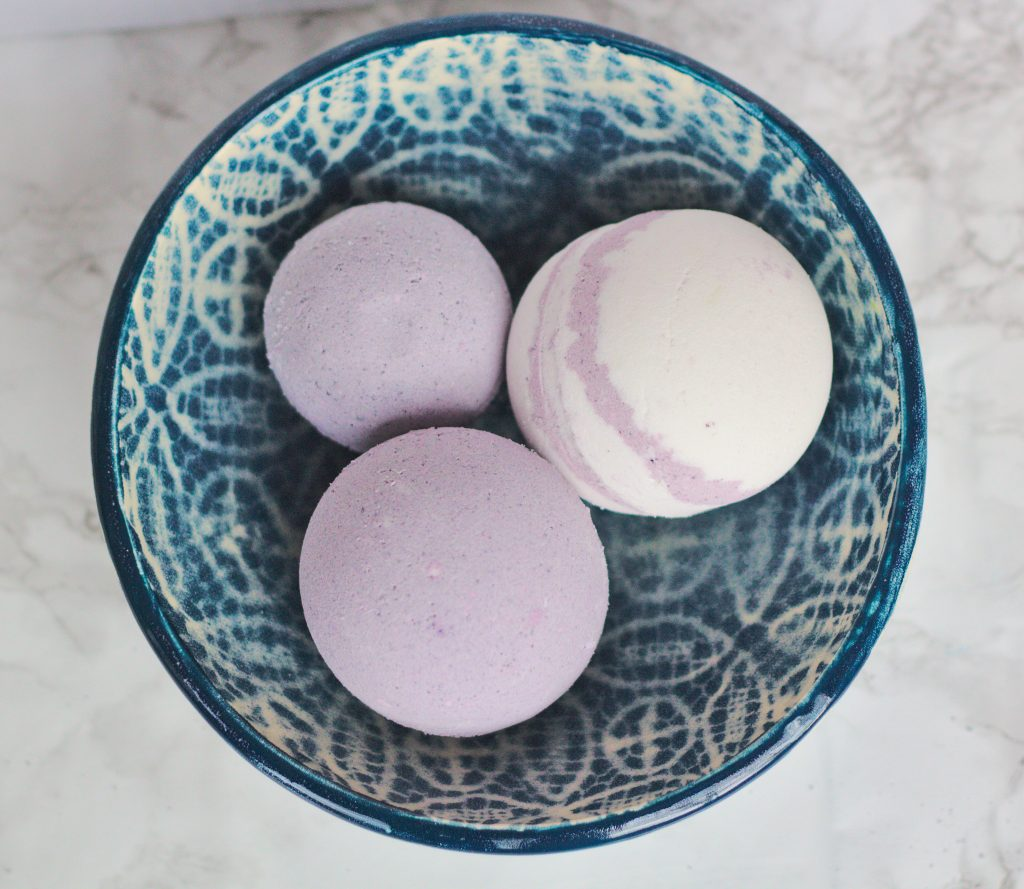 In this article I will show you how to make bath bombs. This easy , homemade bath bomb DIY recipe is made with lavender essential oil and food coloring. #bathbombs #esssentialoils #homemadegifts